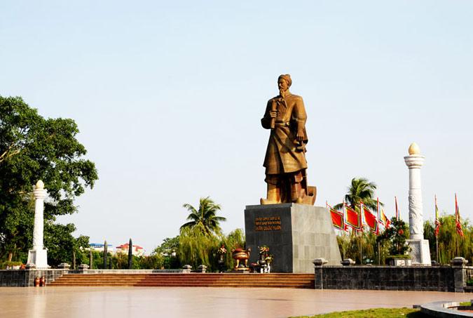 Tượng Hưng Đạo Đại Vương Trần Quốc Tuấn (Đức Thánh Trần) bên hồ Vị Xuyên - tp Nam Định