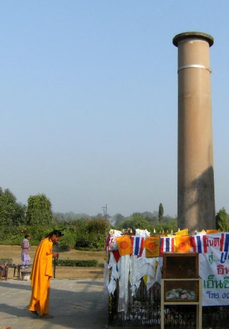 06. Cột trụ đá di tích lịch sử Asoka (Ashoka's Pillar) [Ảnh: Tevaprapas]