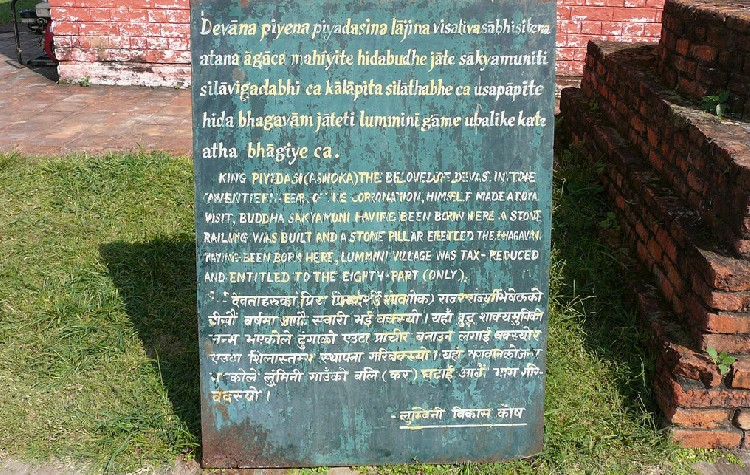 08. Bên cạnh, phía bên dưới có tấm bia ghi bằng ba ngôn ngữ: Brahmi, Anh và Pali hay Ấn ngữ cho du khách xem