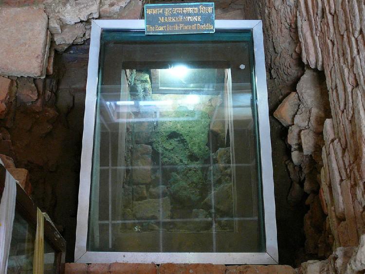 10. Phiến đá có in dấu một bàn chân nhỏ, mà vua A Dục vào năm 249 TCN đã dùng để đánh dấu vị trí nơi sinh của đức Phật