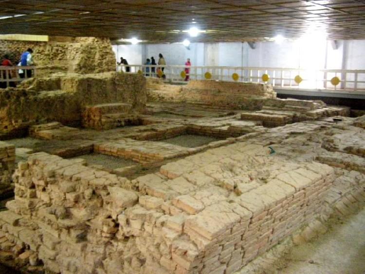 12. Bên trong đền là những nền gạch xưa cũ đã được khai quật