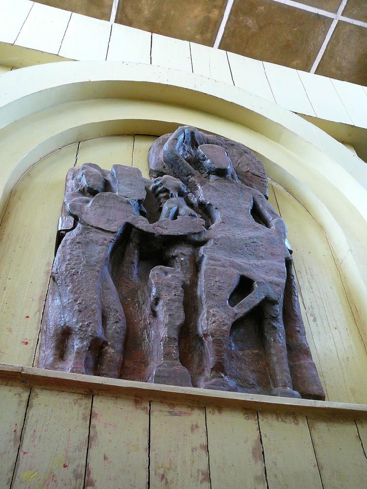 11. bức phù điêu bằng đá mô tả sự ra đời của thái tử Tất Đạt Đa qua hình ảnh hoàng hậu Maya đang đứng với lấy một nhánh cây Vô ưu và đang hạ sinh thái tử. Mặc dầu bức phù điêu này không được các nhà khảo cổ xem là di tích lịch sử, nhưng nó có giá trị sử học theo cách nhìn của các nhà nghiên cứu sử Ấn Độ và Nepal. Họ cho rằng bức phù điêu này được thực hiện bởi vua Ripu Malla, một vị vua theo đạo Hindu, của Nepal vào đầu thế kỷ XIV. Vua Ripu Malla tin rằng hoàng hậu Maya là một hoá thân của nữ thần Hindu.