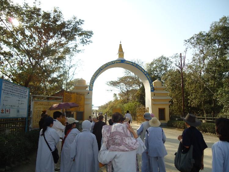 03. Cổng vào khuôn viên Lâm Tỳ Ni